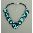 collier perles plates  fond noir fleur turquoise