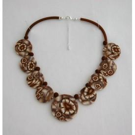 Collier perles plates Brune jeu de transparence, fleurs brune