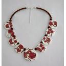 Collier perles plates Brune fond blanc fleur rose