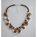 Collier perles plates Brune fond blanc fleur brune