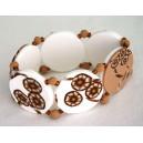 Bracelet perles plates Brune fond blanc fleur brune