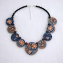 Collier perles plates Maïlys fond gris fleur orange